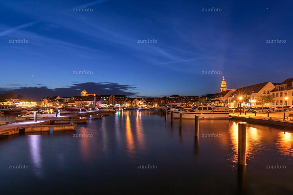 180429_2151-0130-A | --Dateigröße 6720 x 4480 Pixel-- Nachtaufnahme im Stadthafen von Waren (Müritz)