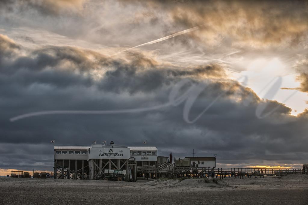 Die Seekiste am Böhler Strand | Dicke Wolken über dem Pfahlbau am Böhler Strand