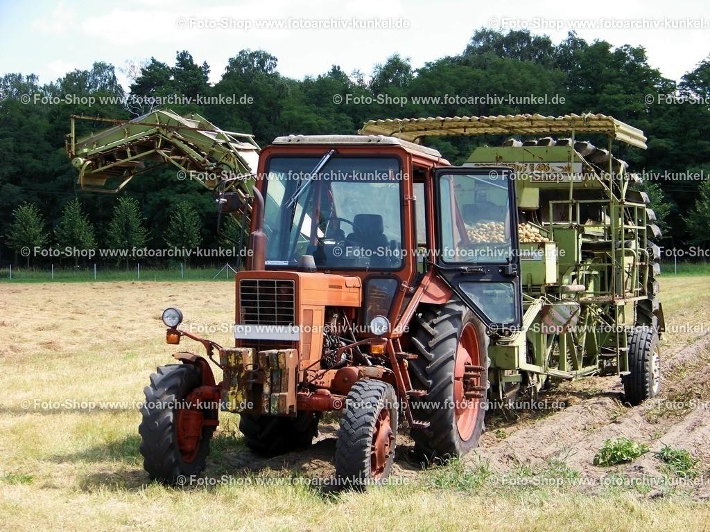 Belarus MTS-752, Traktor, Schlepper | Der Belarus MTS-752 stammt aus dem weißrussischen Traktorenwerk Minsk und ist die Allradvariante der ebenfalls in die damailige DDR importierten Version MTS-570. Gegenüber den Vorgängertypen bestachen diese Traktoren schon durch ihre großzügig ausgelegte Fahrerkabine. Auf dem Bild ist der Traktor bei einer Vorführung zum ehemaligen Traktoren-Treffen im Brandenburgischen Philadelphia mit einer Kartoffelerntemaschine des Kombinates Fortschritt zu sehen. Es handelt sich um den Typ E 686 aus dem VEB Weimar-Werk.