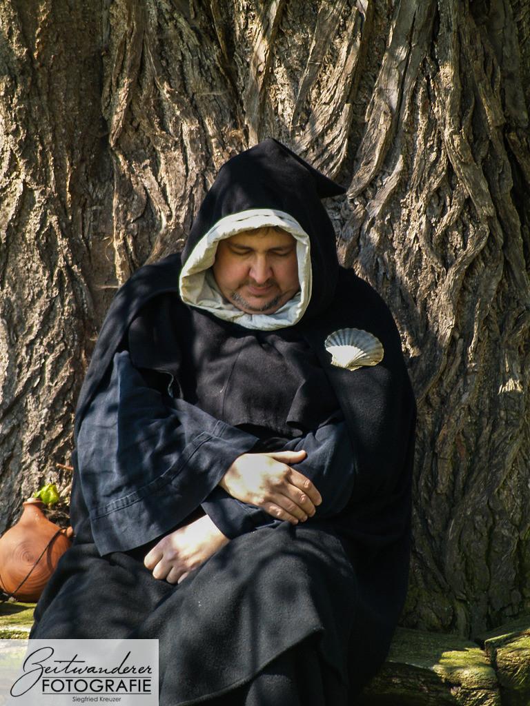 Neubearbeitung--3 | Ein Mönch ruht sich nach einer langen Wanderung auf seiner Pilgerfahrt aus.