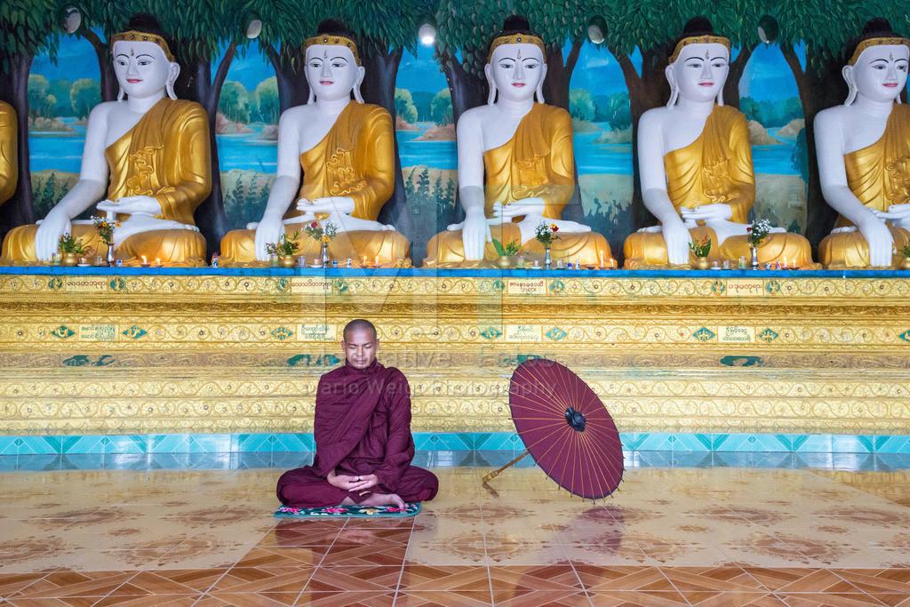 MW0117-9704   Fotoserie DER ROTE SCHIRM   Mönch während einer Meditation