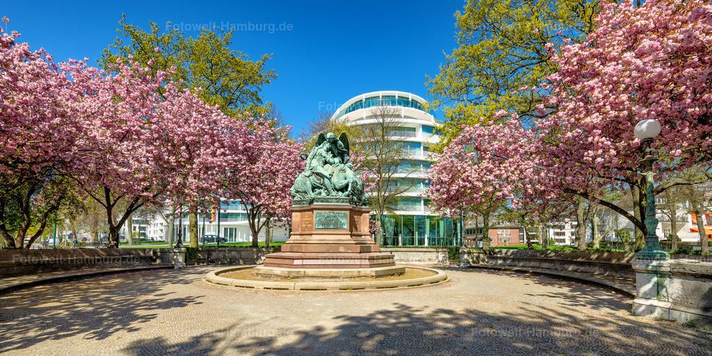 10200411 - Kriegerdenkmal an der Aussenalster | Das Kriegerdenkmal 1870/71an der Aussenalster umringt von Kirschblütenbäumen.