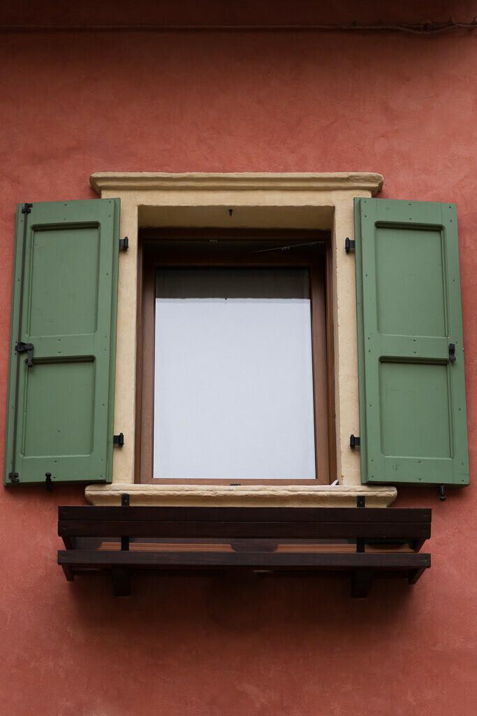 Fenster mit grünen Läden