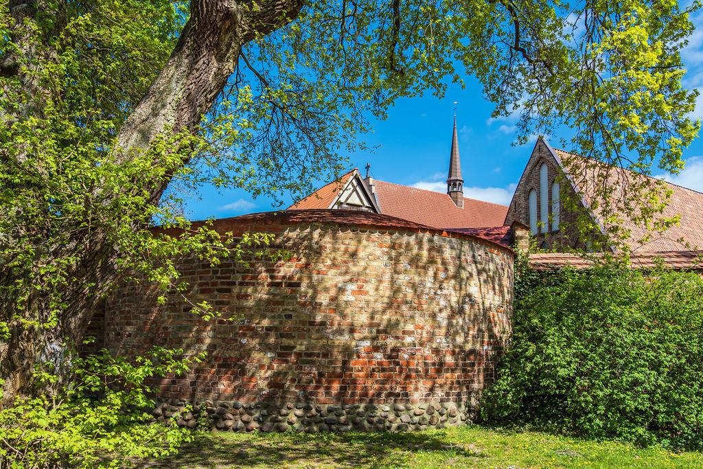 Kloster zum Heiligen Kreuz und Stadtmauer in der Hansestadt Rostock   Kloster zum Heiligen Kreuz und Stadtmauer in der Hansestadt Rostock.
