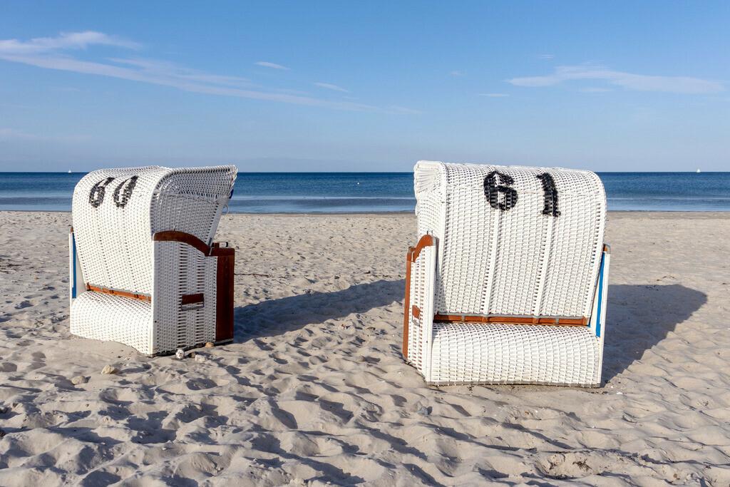 Strandkörbe an der Ostsee   Sandstrand im Sommer