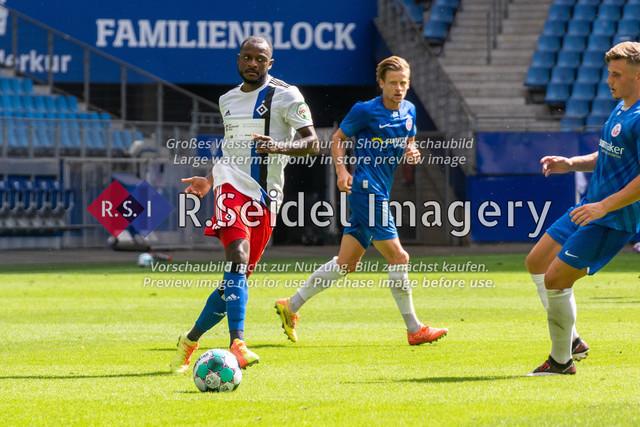 Fußball, Herren, Testspiel, Hamburger SV - FC Hansa Rostock, Volksparkstadion, 09.08.2020 | David Kinsombi (#6 HSV) am Ball