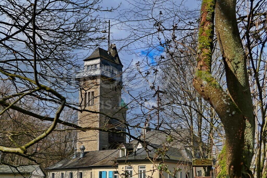 Der Danzturm in Iserlohn | Der Danzturm ist ein Denkmal in Iserlohn. Er liegt rund 385m über NN und ist rund 28m hoch. Als optische Telegrafenstation wurde der Danztrum 1908/1909 errichtet. Der Danzturm ist ein beliebtes Ausflugsziel für Wanderer, nach rund 100 Stufen kann man ein herrliches Panorama der Waldstadt Iserlohn bewundern. Das Nachbargebäude beherbergt ein Restaurant.