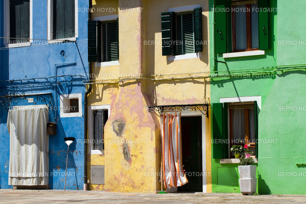 blue yellow green | Fotografie einiger Hausfassaden in Burano, Italien. | Photo of some house facades in Burano, Italy.
