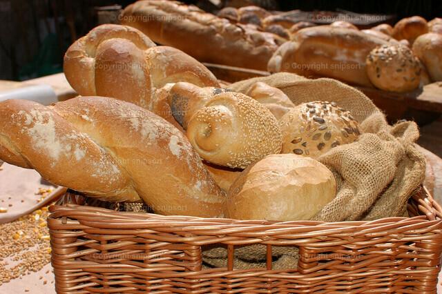 Brotkörbe mit verschiedenen Brotarten