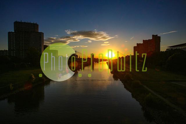 Sonnenuntergang am Neckar | Mannheim. 28JUL20 | Mannheim in der Abendsonne am Neckar. Sonnenuntergang. Mit Neckaruferbebauung und dem Collins Center (links)   BILD- ID 2106 | Bild: Photo-Proßwitz 27JUL20