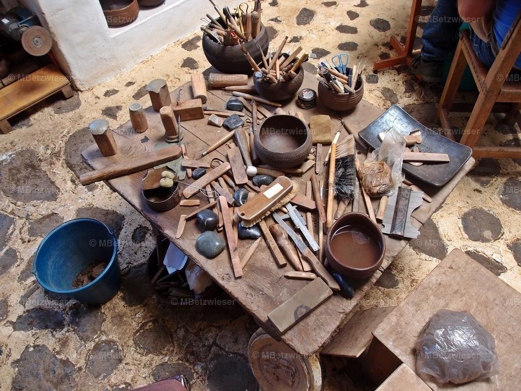 P5071102   Nach alter Guanchen Tradition werden noch heute Gefäße in Mazo hergestellt