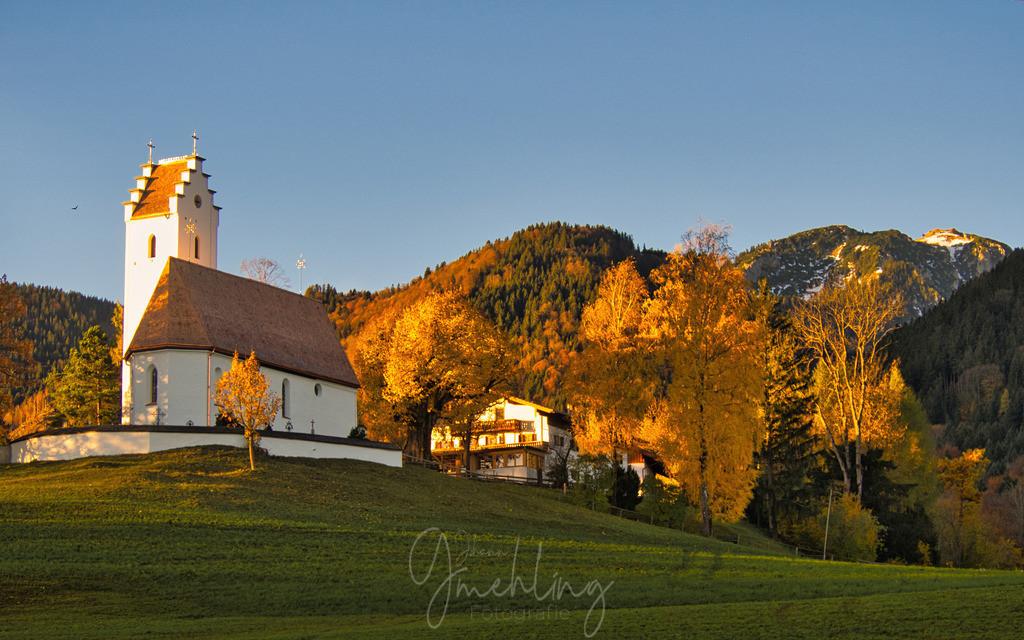 Goldener Herbst | Kirche im Morgenlicht