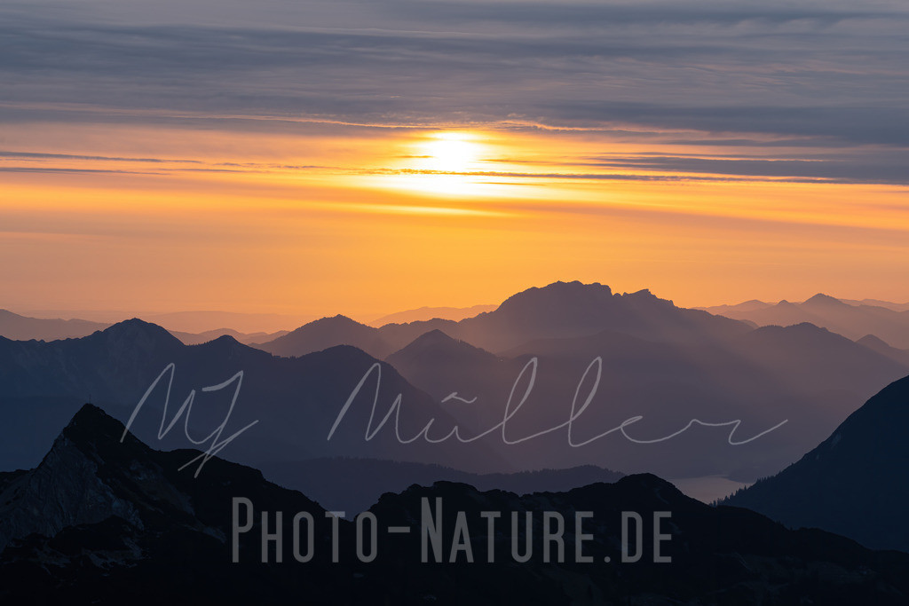 Ein neuer Tag beginnt in den Alpen | Die Alpen präsentieren sich wie Gigangten zum Sonnenaufgang