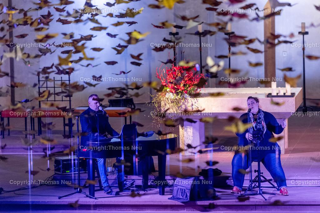 DSC_7800 | Bensheim, Kirche Sankt Georg, Abschlusskonzert unter der Friedenstauben-Installation mit dem Duo Bollwerk , Illumination der Kirche,   ,, Bild: Thomas Neu