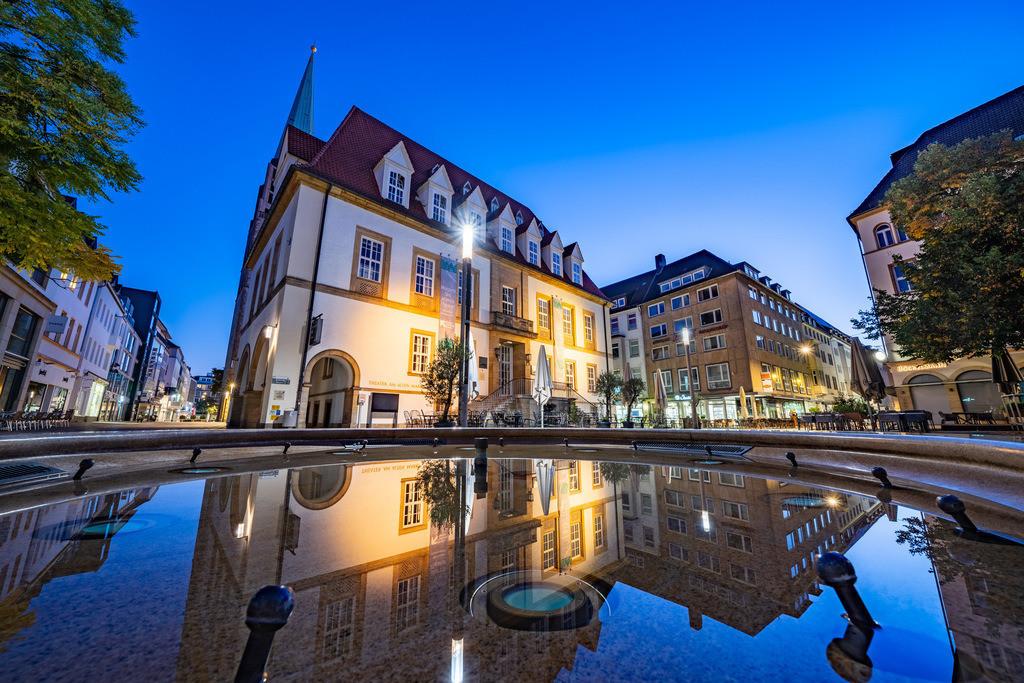 Brunnenspiegelung auf dem Alten Markt | Brunnen mit Spiegelung auf dem Alten Markt in der Bielefelder Altstadt.