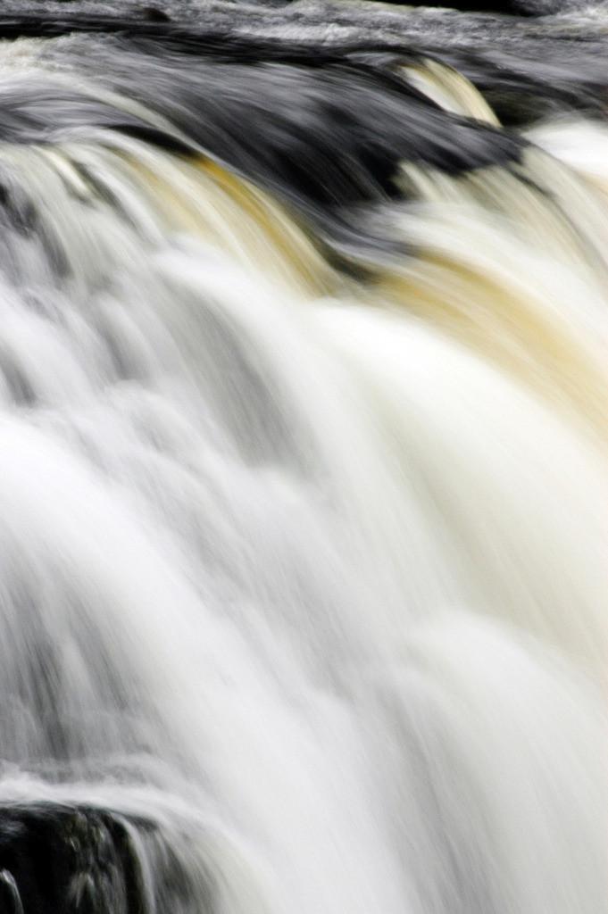 Best. Nr. wasser05   Wasserfall, Connemara, Irland   Das Element Wasser steht mit dem Norden in Verbindung, seine Farben sind blau, blauviolett und schwarz, seine Form ist wellig oder tropfenförmig oder unregelmäßig. Wasser passt sich jeder Form an und formt doch diedie Umgebung. Es steht in Verbindung mit Kommunikation, Übermittlung von Ideen und den Künsten, daher eignen sich die Motive besonders für Kreativagenturen und das Umfeld der (digitalen) Medien, zu Hause sind das Badezimmer aber auch das Arbeitszimmer typische Orte, an denen Wasserbilder eingesetzt werden können.