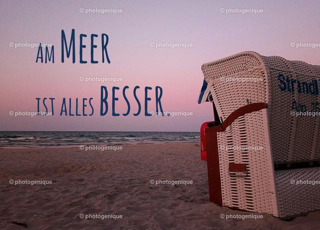 Urlaubskarte Postkarte Am Meer ist alles besser | ein Strandkorb steht am Strand mit Blick auf das Meer bei Dämmerung mit dem Spruch Am Meer ist alles besser