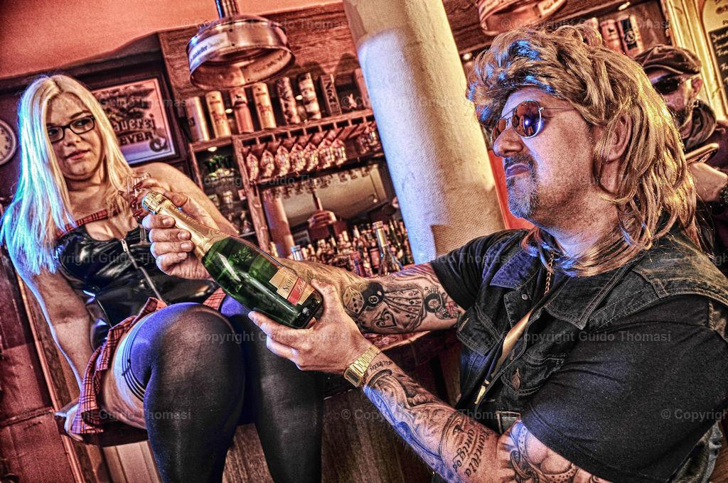 Kneipenshooting im Legende | Ein Bild aus meiner Serie Kneipenshooting. In der Kneipe Legende in Hannover. Unter anderen mit Sexy Jenjen. Die Kneipe Legende Exestiert leider nicht mehr.
