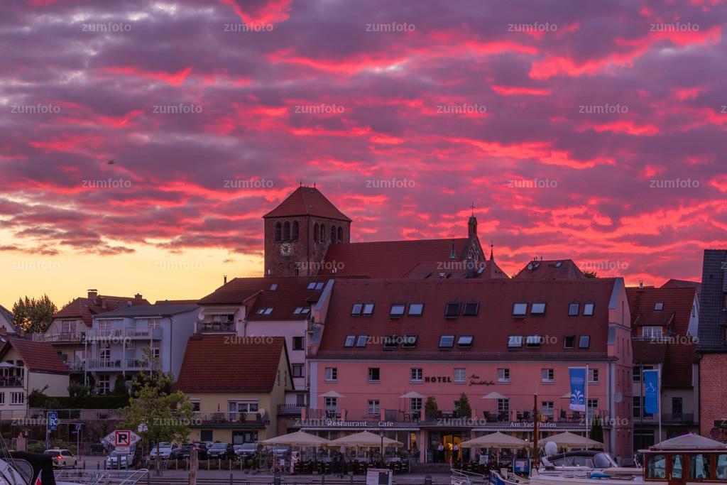 0-180630_2151-1714 | --Dateigröße 5225 x 3483 Pixel-- Sonnenuntergang im Warener Stadthafen mit rot leuchtenden Wolken mit Blick Richtung Georgenkirche