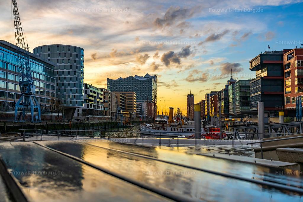 10210106 - Lichtspiegelung im Sandtorhafen | Farbenfrohe Lichtstimmung in der Hamburger Hafencity mit Blick auf die Elbphilharmonie.