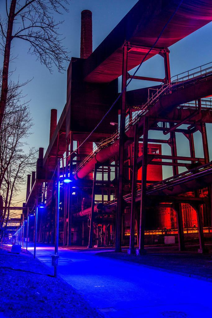 JT-160229-009   Kokerei Zollverein, Welterbe Zeche Zollverein, beleuchtete Kokereiallee, auch Blaue Allee genannt, Essen, Deutschland,