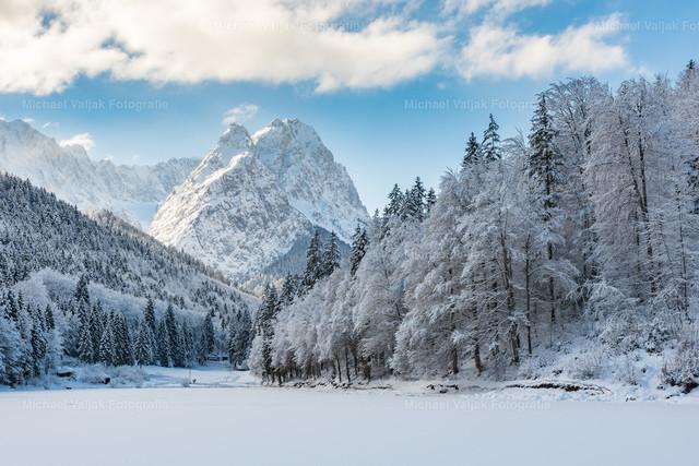 Winter am Rießersee | Traumhafter Winter am Rießersee in Garmisch-Partenkirchen mit herrlichem Blick auf die Alpspitze, die Bäume voller Schnee, der See zugefroren und mit einer Schneedecke bedeckt.