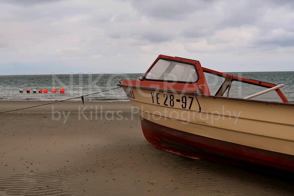Boot am Strand   Ein Boot am Strand auf der Wattseite der Nordseeinsel Texel.