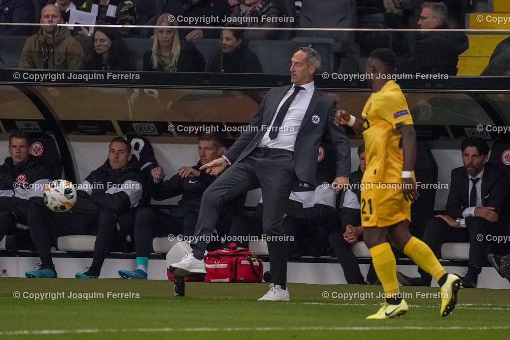 191024_sgevslie_0403 | 24.10.2019 Gruppenspiel Gruppe F UEFA Europa League Saison 2019/20 Eintracht Frankfurt - Standard Liege  emspor, emonline, despor, v.l., head coach, Trainer Adi Hütter (Eintracht Frankfurt) kickt den Ball weg  Foto: Joaquim Ferreira (DFL/DFB REGULATIONS PROHIBIT ANY USE OF PHOTOGRAPHS as IMAGE SEQUENCES and/or QUASI-VIDEO)