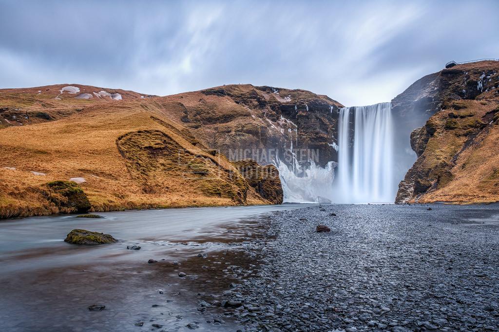 Island - Skogafoss | Der Wasserfall Skogafoss am Morgen bei bedecktem Himmel