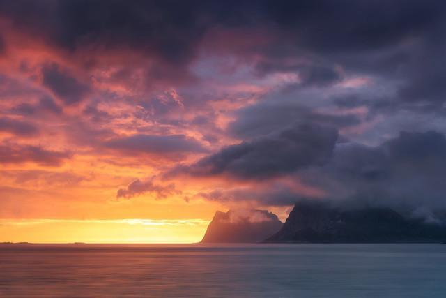 Kampf der Wolken | Was für ein Schauspiel. Es sieht fast so aus als kämpfen die Wolken miteinander. Warm gegen kalt, Feuer gegen Wasser. Wie ein Spiel der Götter.