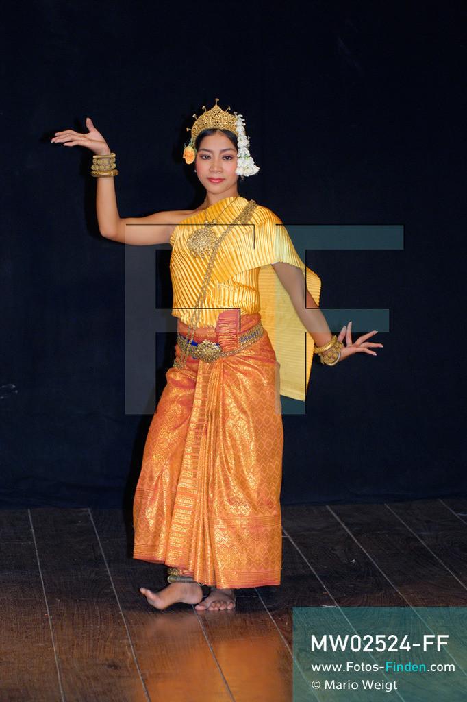 MW02524-FF | Kambodscha | Phnom Penh | Reportage: Apsara-Tanz | Apsara-Tanzes während einer Abendvorstellung. Kambodschas wichtigstes Kulturgut ist der Apsara-Tanz. Sechs Jahre dauert es mindestens, bis der klassische Apsara-Tanz perfekt beherrscht wird. Im 12. Jahrhundert gerieten schon die Gottkönige beim Tanz der Himmelsnymphen ins Schwärmen. In zahlreichen Steinreliefs wurden die Apsara-Tänzerinnen in der Tempelanlage Angkor Wat verewigt.   ** Feindaten bitte anfragen bei Mario Weigt Photography, info@asia-stories.com **