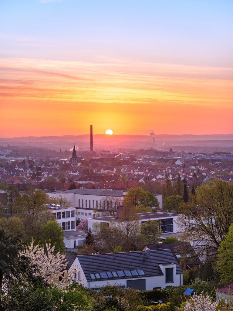 Sonnenaufgang im Bielefelder Westen | Sonnenaufgang im Bielefelder Westen über der Rudolf-Oetker-Halle.