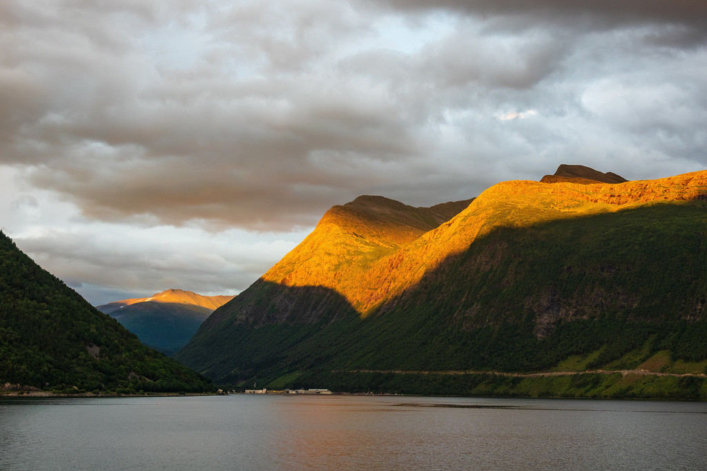 Blick auf den Storfjord in Norwegen am Abend | Blick auf den Storfjord in Norwegen am Abend.