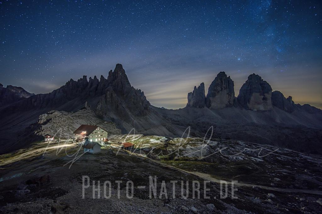 Die Dreizinnenhütte   Die Lage der Dreizinnenhütte mitten in den Sextener Dolomiten ist etwas ganz besonderes. Die bekanntesten Berge erstrecken sich direkt neben ihr und beeindrucken auch in der Nacht.