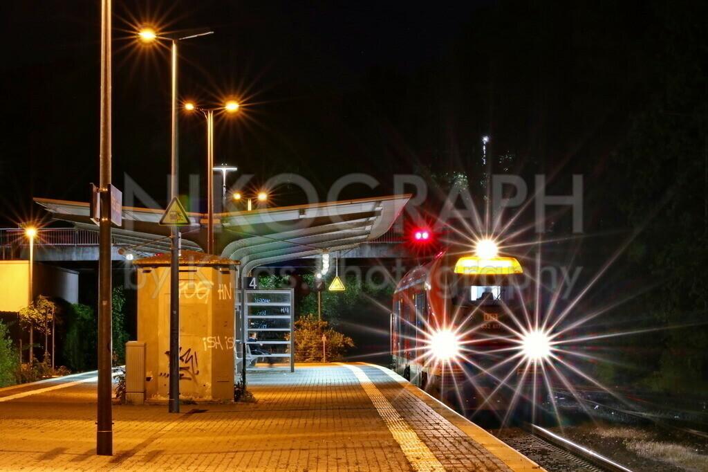 Bahnhof Menden (Sauerland)   Ein Regionalzug am Bahnhof von Menden (Sauerland) bei Nacht.