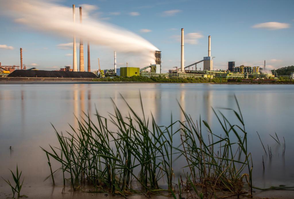 JT-180501-009   ThyssenKrupp Stahlwerk in Duisburg-Marxloh, Löschturm der Kokerei Schwelgern, Schornstein der Sinteranlage, Ablöschwolke, Rhein,