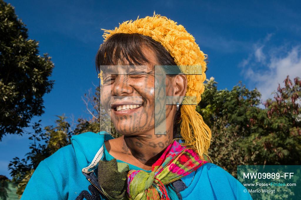 MW09889-FF | Myanmar | Mindat | Reportage: Mindat im Chin State | Tätowierte Frau der Volksgruppe der Muun, Untergruppe der Chin. Charakteristisch für die Muun-Frauen ist die Gesichtstätowierung mit zahlreichen Halbkreisen an Wangen, Y-Symbol auf der Stirn, Streifen an Nase und Kinn sowie Punkten. Außerdem haben einige Frauen Kreise am Hals, abhängig von der Clanzugehörigkeit. Tattoos sind Merkmale der Schönheit und Reife. Wenn die Mädchen die Pubertät erreichen, beginnt die schmerzhafte Prozedur.  ** Feindaten bitte anfragen bei Mario Weigt Photography, info@asia-stories.com **