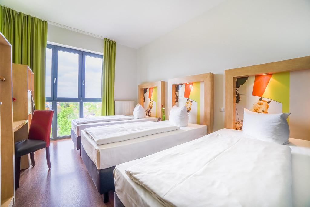 zimmer-dreibettzimmer-01-hplus-hotel-berlin-mauerpark