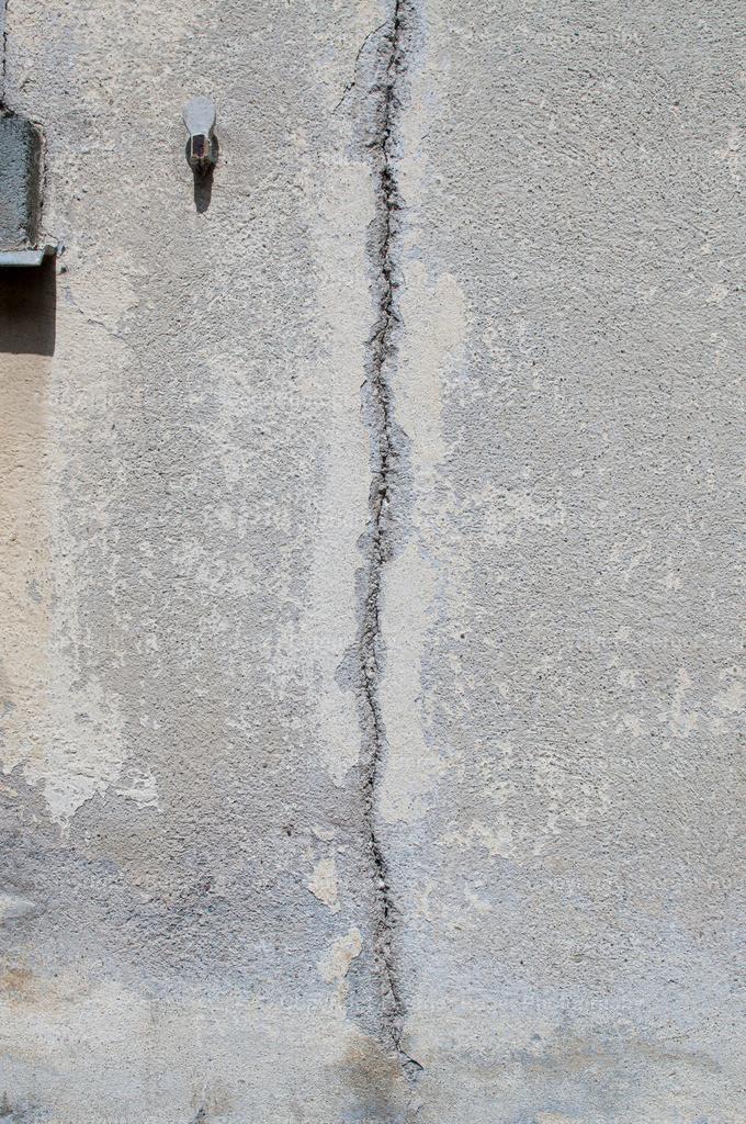 grauer Verputz mit grossem Riss | Textur / Struktur für Fotografen und Grafikdesigner, zum weiterverarbeiten