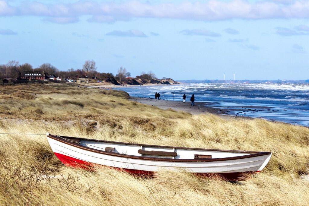 Strand in Kronsgaard   Boot im Strandgras am Strand von Kronsgaard