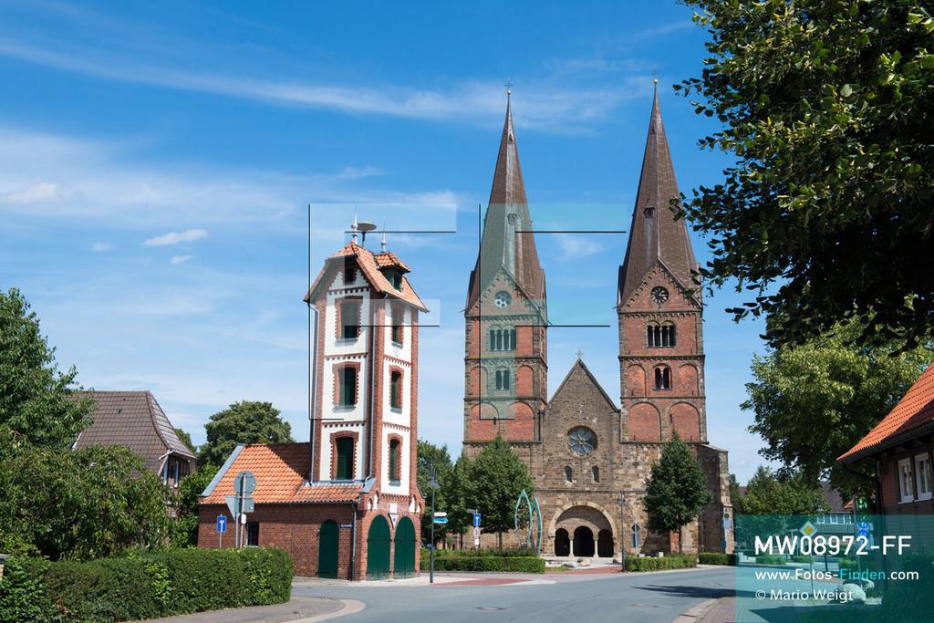MW08972-FF   Deutschland   Niedersachsen   Bücken   Reportage: Reise entlang der Weser   Stiftskirche St. Materniani et St. Nicolai zu Bücken. Der erste Sakralbau entstand im 9. Jahrhundert aus Holz. Im 13. Jahrhundert wurde die romantische Basilika mit Doppeltürmen aus Stein errichtet und ist im Volksmund auch als