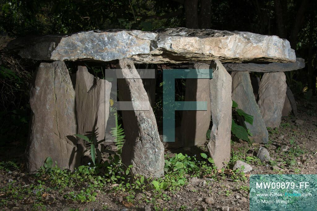 MW09879-FF   Myanmar   Mindat   Reportage: Mindat im Chin State   Steingräber der Volksgruppe der Chin im Bergdorf Pan Awet. Steinplatten werden in einem Kreis aufgestellt, eine dient als Abschluss. Mittig in der Erde befindet sich die Urne.  ** Feindaten bitte anfragen bei Mario Weigt Photography, info@asia-stories.com **