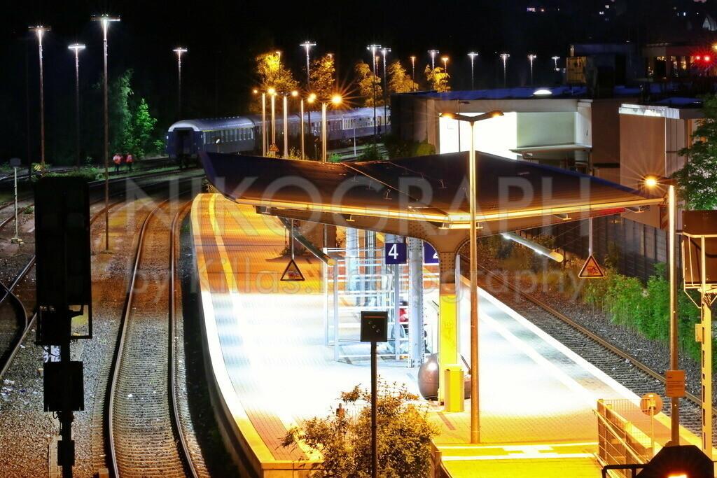 Bahnhof Menden (Sauerland)   Am Bahnhof von Menden (Sauerland) bei Nacht.