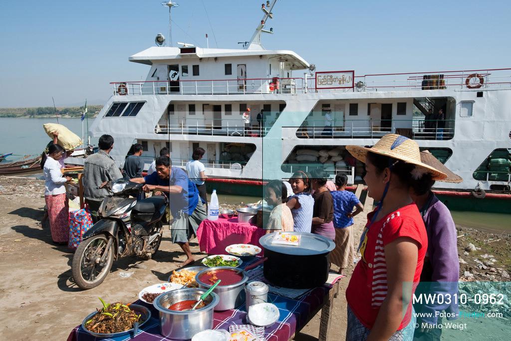 MW0310-0962 | Myanmar | Sagaing-Region | Reportage: Schiffsreise von Bhamo nach Mandalay auf dem Ayeyarwady | Zwischenhalt der IWT-Fähre Pyi Gyi Tagon 2 im Ort Tigyaing. Verkäuferinnen bieten Currys und Reis sowie Snacks an.  ** Feindaten bitte anfragen bei Mario Weigt Photography, info@asia-stories.com **