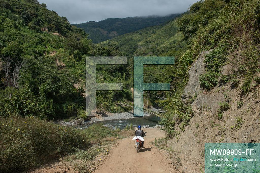 MW09909-FF | Myanmar | Mindat | Reportage: Mindat im Chin State | Hängebrücke über den Fluss Chit Chaung. Alle Waren müssen per Motorbike in die entlegenen Bergdörfer der Chin transportiert werden.    ** Feindaten bitte anfragen bei Mario Weigt Photography, info@asia-stories.com **