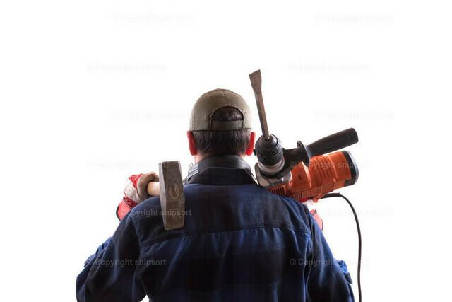 Bauarbeiter mit Hammer und Abbruchhammer auf den Schultern | Konzept einer fertigen Arbeit