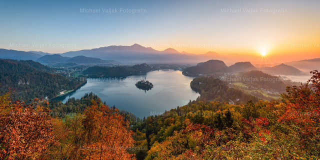 Bleder See in Slowenien | Blick vom Aussichtspunkt Mala Osojnica auf den Bleder See bei einem herrlichen Sonnenaufgang im Oktober.