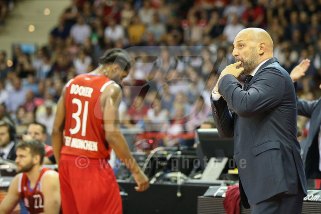 20160930_AF1DX_7683-2 | Chef-Trainer Aleksander DJORDJEVIC (FC Bayern Basketball) feuert seine Mannschaft an, FC Bayern Basketball vs. S. Oliver Wuerzburg, Basketball, Bundesliga, 30.09.2016