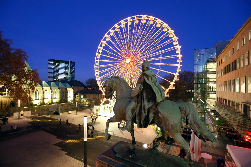 JT-111128-806 | Riesenrad auf dem Burgplatz, in der Innenstadt von Essen, waehrend des Weihnachtsmarkts, Domkirche, Rathaus. Essen, NRW, Deutschland, Europa.