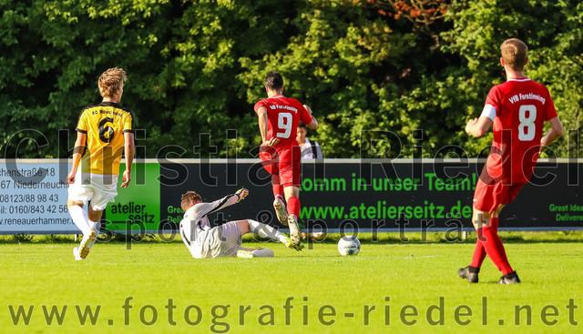 2021-08-11_055_FC_Moosinning_gegen_VfB_Forstinning | Moosinning, Deutschland, 11.08.2021: Fußball, Bezirksliga Oberbayern Ost 2021 / 2021, 4. Spieltag, FC Moosinning gegen VfB Forstinning, Endergebnis: 1:2  Bastian Lanzinger (FC Moosinning, #6), Torwart Philipp Strunk (FC Moosinning, #1), Felix Füchsl (VfB Forstinning, #9), Korbinian Hollerieth (VfB Forstinning, #8)  Foto: Christian Riedel / fotografie-riedel.net